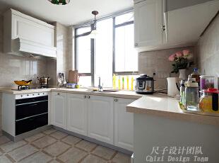10-厨房:  开放式的U型白色实木橱柜,不仅实用,而且大气高贵,精心设计的方格形地砖铺装,与四边凹槽的橱柜柜门有着有趣的对比。一整扇大窗,就是厨房最大的一笔财富,窗外的美丽与窗内的精彩,一定成正比。,150平,70万,欧式,四居,厨房,白色,