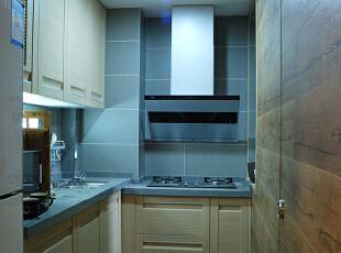 灰色哑光砖和木色门板无非是最舒服的搭配手法,厨房冷冻保鲜、洗、切、配、烹饪于一体,功能明确流畅。,68平,15万,现代,两居,厨房,