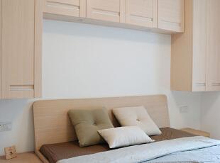 卧室不仅仅是休息的空间,同时可以在床头增加一整排的吊柜,充分提高了储物收纳空间。,68平,15万,现代,两居,卧室,
