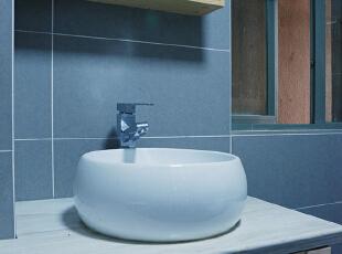 卫生间以镜柜的方式出现,在没有影响正常使用的同时给洗漱用品安置了一个小窝。,68平,15万,现代,两居,卫生间,