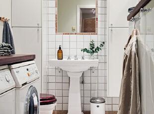 卫生间也是干净的白色,台盆夹在两排收纳柜之间,显出一种对称的和谐美。,90平,15万,欧式,两居,卫生间,白色,