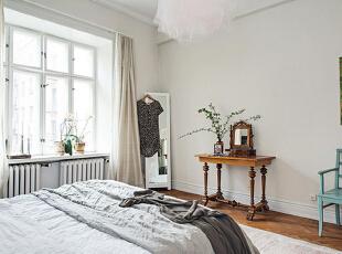 卧室里秉持了同样简洁的布置,淡雅的色彩带来了温和舒适的睡眠空间。房间里的吊灯十分引人注目,灯罩的层层纱幔营造出浪漫梦幻的氛围。,90平,15万,欧式,两居,卧室,原木色,白色,