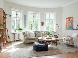 宽敞的客厅稍带一点弧形,显得更加优雅,三扇窗户透进明媚的阳光。灰色的沙发倚窗而坐,前面是一把让人倍感亲切的圆形茶几。墙上的装饰画,让空间平添几分艺术色彩。,90平,15万,欧式,两居,客厅,白色,原木色,