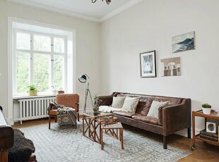 这间居室或许纯粹用于休闲,或坐在棕色皮沙发上静静享受阅读时光,或指尖在琴键上优雅舞蹈奏出动人旋律。,90平,15万,欧式,两居,客厅,白色,原木色,