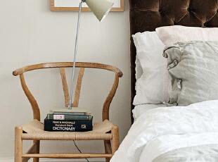 床边以一把实木椅代替了床头柜,功能至上,睡前阅读同样能满足。,90平,15万,欧式,两居,卧室,白色,
