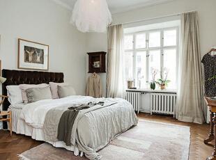 墙边的梳妆台显出浓浓的怀旧复古风,而薄荷绿色的椅子带来了清新活泼的气息,没有大件家具却也布置的相当充实且更加轻巧。,90平,15万,欧式,两居,卧室,白色,原木色,