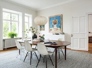 餐厅空间同样敞亮,一张大餐桌可供多人同时就餐,餐桌和餐椅的款式同样简单而不浮华,球形吊灯温馨而充满个性。墙上的空白处,仍然由艺术画作来填满。,90平,15万,欧式,两居,餐厅,白色,