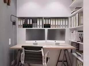 设计重点:无形门设计   编辑点评:设计师创意的用分开书架来营造无形的门,打开空间的另一片视野,同时又不会破坏空间的整体性。展现书架收纳,展现独特屏障。,170平,21万,宜家,四居,