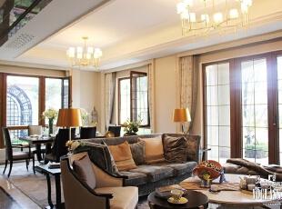 走进这套样板间,你不会看到奢华繁复的花纹、雕塑与色彩,拥有的都是流畅、舒适、简约的线条,客厅的整体别墅空间设计更是遵循了简单闲适的原则。沙发、茶几、餐桌、餐椅运用或直或弯的线条,实木的质地端庄而厚重,灰色、棕色点缀在奶白色的空间中,温暖、浪漫。,300平,15万,混搭,别墅,