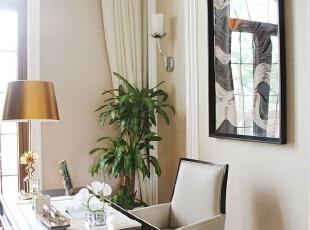 书房的桌椅是典型的直线条家具,皮质与光滑的实木表面带来放松的心情。,300平,15万,混搭,别墅,