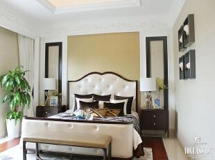 主卧室也是简单而懒散的。皮质的床具,棕色的点缀,简单的石膏线,加一株绿植,再加上窗外吹来的徐徐清风,睡眠的好环境由此产生。舒适的空间不是奢华的设计和繁复的装点,简单的配饰,专业别墅设计手法,一个定制打造的生活环境就为您诞生。,300平,15万,混搭,别墅,