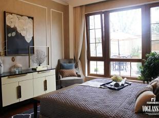 这是为客人准备的一间卧室,因此相对整体的别墅装修设计以更加温和,设计师甚至摒弃了石膏线,白色磨平的吊顶就成了头上的一切,简单有质感的窗帘,舒适的单人沙发,品味阳光的落地窗还有窗外大大的遮阳伞与小小的藤椅,客人来到这里,会误以为这是自己的家。    一米阳光,一杯香茗,一本书,就这样闲适的活着。,300平,15万,混搭,别墅,