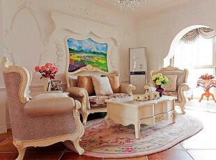 纯白色墙面上以立体雕花的形式呈现出整面沙发背景墙,直接在墙面呈现出鲜艳色彩的画作也点缀了整个墙面,椭圆形与唯美的墙面刻画都显现出了法式独有的浪漫气息。,150平,15万,混搭,三居,
