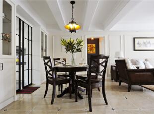 餐桌置于客厅与厨房之间,让餐厅于无形中绽放开来,让深棕色的十字餐椅与厨房黑色格子移门有了形态上的互动,舒适讨巧。,124平,10万,美式,三居,餐厅,白色,