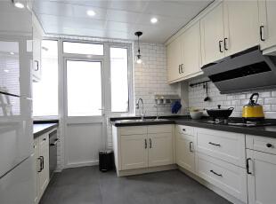 走进这个厨房,你是否也被惊到?中厨的工字面包砖和西厨的菱形小砖就这样手拉手做了一回好朋友,一场遇见温暖一生,黑白灰注定永世经典。,124平,10万,美式,三居,厨房,黑白,