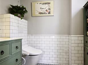 清新雅致的卫浴区,直入眼帘的便是这黑白纯净的马赛克,白砖灰墙又将经典延续,只是这里多了一抹绿的芳香与百味,缕缕沁香流进了灿烂的心房。,124平,10万,美式,三居,卫生间,黑白,