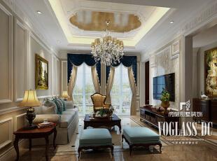 转过玄关柜,首先映入眼帘的是典雅浪漫的客厅。石膏线与墙纸结合的电视背景墙,搭配同花色的地面瓷砖,空间装饰浑然一体。对称设计的窗帘,恰如其分的分割了落地窗,给单调的窗户配上一道风景。蓝色系的窗帘与客厅的沙发相呼应,这种局部点缀的蓝色反而成了空间的亮点,低调却浪漫。,350平,200万,新古典,别墅,