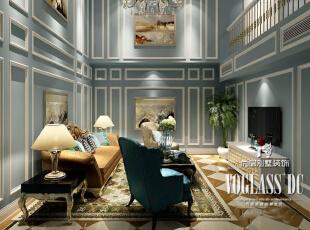 地下二层客厅采用挑空的空间处理,不仅提亮了空间也使得通风更加顺畅。空间装饰上保留原有法式的特质,但摒弃了厚重传统的护墙板,反而采用石膏线条和墙纸结合的方式。顶上的水晶吊灯不仅提亮空间,也增加了空间的华丽感。拼花瓷砖辅以新古典家具、灯具、软装等饰品,完美诠释了法式新古典的曼妙韵味。,350平,200万,新古典,别墅,