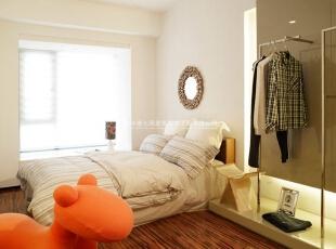现代简约风格卧室一体化装修效果图欣赏(6)    布艺的软装配饰,给人一种软软绵绵的感觉,躺在上面,就像棉花糖把自己包围了。,40平,2万,现代,三居,卧室,