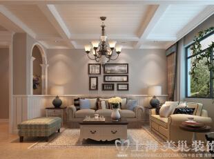 鑫隆花园170平三室两厅美式乡村装修效果图-沙发背景墙,传统的美式沙发,复古的木质角柜,墙壁上挂着的美式传统装饰画,不经意间造就了其自在、随意的不羁生活方式,没有太多造作的修饰与约束,也成就了另外一种休闲式的浪漫。,170.0平,13.0万,美式,三居,客厅,
