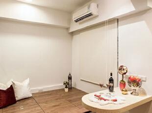 这间屋子可以作为休闲室来使用,高高的地台设计为这间简约风格的休息室增添了不少闲情逸致。在地台一旁还设有一个小台面,在家中有客人来的时候可以充分利用这一台面摆放各种零食等小物件,十分实用。,93平,12万,简约,三居,