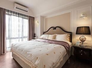 卧室背景墙以立体线条勾勒轮廓,墙面上两边对称的水晶壁灯精致中透出一种小华丽感,背景墙上的运用大色块裸色来填充墙面,使睡眠空间看起来有种自然舒适感。,93平,12万,简约,三居,