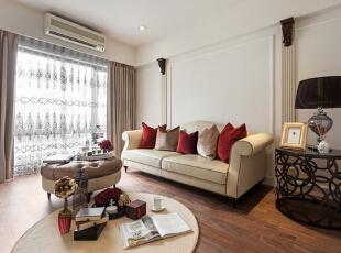 客厅沙发一旁的白色镂空隔断,将玄关空间与客厅空间进行了划分,花纹镂空部分又让整个空间看上去拥有穿透感。,93平,12万,简约,三居,