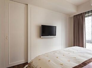 卧室中正对双人床的电视背景墙面同样以简约的立体线条勾勒而成年,壁挂式屏幕既不影响整体简约感,在平日里相当实用吧,能够让房主充分享受躺在床上看电视的乐趣。,93平,12万,简约,三居,