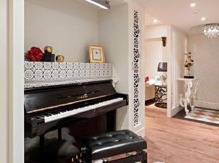 黑色的钢琴在这一空间中像是正好镶嵌于这一空间中一般,顶部简约的照明并没有影响这个空间的整体感觉,木质地板、简约的白色墙面中带有镂空花纹,让这一区域简约中显出一份细致优雅。,93平,12万,简约,三居,