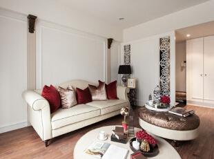 这间客厅里放置了一张米白色的沙发,沙发背景墙面上的立体线条与纯白的色调融合,客厅中的大面落地窗让这间客厅看上去显得亮堂。,93平,12万,简约,三居,