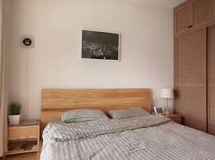 床边不那么显眼的唱片机,睡前还可以听听音乐舒缓一下一整天紧张的神经。,98平,11万,日式,三居,卧室,原木色,