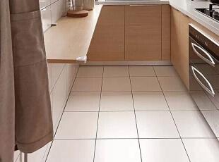 厨房,利用杠杆原理设计的台面,仅一块木板就可以很好的归置物品了。台面的各角都套了一个塑胶三角套,也是为了小朋友的安全着想。,98平,11万,日式,三居,厨房,原木色,
