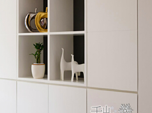 玄关处简单的坐椅方便换鞋,鞋柜无拉手的设置让空间简洁宽敞,绿植、小摆件、个性衣帽架使整个空间更灵动。,130平,50万,现代,四居,玄关,白色,