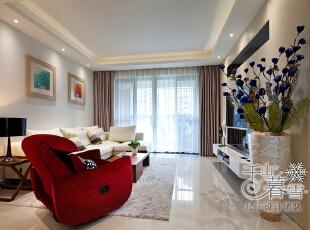 走进客厅,简单的黑白主色与小盆绿植、红色的布艺沙发对比,产生色彩的碰撞,整体给人以简单利落的舒适感。,130平,50万,现代,四居,客厅,白色,