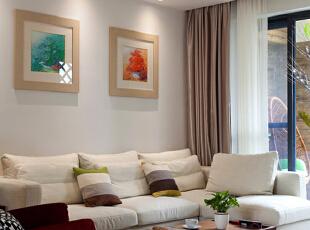 客厅墙面上的装饰画恰似冰雪融化后盛开的花朵,明亮而富有生机。温暖柔软的地毯增加了客厅的色彩感,还能有效降低房间内的噪音。,130平,50万,现代,四居,客厅,白色,