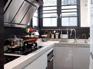 白色的流理台,让整个厨房更整洁明亮,通风式的处理,让油烟远离,更显干净卫生。精巧的各式摆件,能存放各种的调料,轻便易拿,打造更实用更美观的单元。,130平,50万,现代,四居,厨房,黑白,