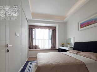 客房还是一如既往的简约,大片的纯白,让整个空间显得更加开敞、清爽。天花板和嵌入式的衣柜在颜色上无缝衔接,棉绒的床罩和着柔软质感的窗帘,中和了白色冰雪般的气质,更具温馨典雅。,130平,50万,现代,四居,卧室,白色,