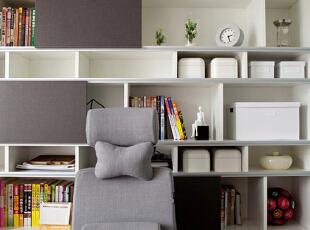 书房以灰白为主色,让整体呈现出一种宁静、闲适的氛围。开放式的单元格设计,在摆放大量书籍的同时,提供了更多收纳的可能。,130平,50万,现代,四居,书房,白色,