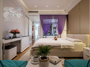 梦幻紫的纱帘将主卧与主卫隔开,增添朦胧的美感,再加上玻璃隔断,既不影响视线的穿透,又能做到干湿分离。卧室与浴室的连接,延伸了整个层次感。,130平,50万,现代,四居,卧室,黄色,