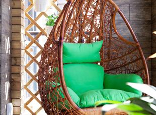 镂空式的阳台设计,错落有致的盆栽,秋千式的吊椅,让整个阳台被绿意和清新的阳光环绕。在这午后,阅读一本好书,不管是雨天还是晴天,泡上一壶好茶,闻着自然的清香,做一个奇思妙想的白日梦,岂不快哉?,130平,50万,现代,四居,阳台,原木色,