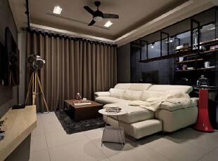 微工业感的现代居宅里,设计师在简约电视墙处另订制双层斜切机柜,以造型消弭柜体锐角,并藉由仿木纹美耐板呈现细腻质感。,89平,9万,现代,两居,客厅,