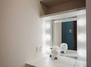独立规划于窗边的更衣梳妆区,悬于镜面两侧的光源设计,以明星等级的化妆台高规格打造。,89平,9万,现代,两居,厨房,