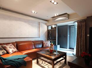配合屋主喜欢的中式复古风,特定挑选皮革沙发与仿古家具,并利用雕花饰件作为屏风及端景设计,124平,11万,混搭,三居,客厅,