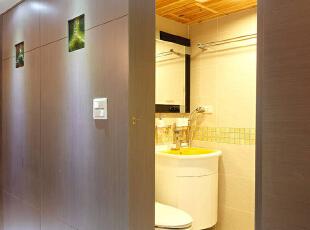 运用鲜黄面盆与杉木天花板让卫浴空间更加舒适也成功吸睛,124平,11万,混搭,三居,卫生间,