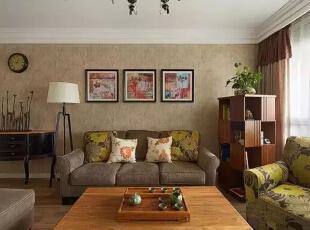 客厅的布艺沙发选择了比较稳重的颜色,墙上的三幅画都是网购,包括那个美式的挂钟。,262平,32万,美式,四居,客厅,