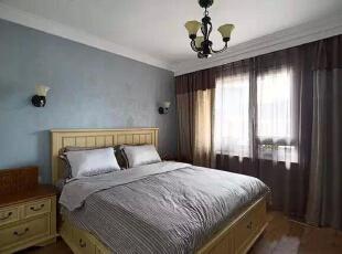 【主卧】  主卧的灰蓝色墙纸让这个房子看上去特别稳重,包括窗帘色系的搭配,美式的主卧大床收纳功能极强。,262平,32万,美式,四居,卧室,