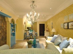 客厅设计:家具尽量采用低彩度、线条简单且修边浑圆的木质家具。地面则多铺赤陶或石板。窗帘、沙发套、灯罩等均以低彩度色调和棉织品为主。,90平,12万,地中海,两居,