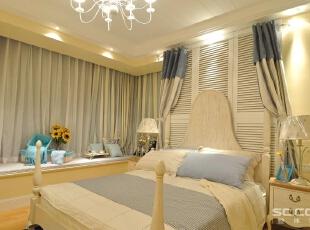 卧室设计:主卧主要以浅蓝色为主色调,搭配白色的家具,清爽柔和,有利于放松心情。床头用百叶门装饰,增加自然清新的生活氛围。墙体内留出一个小衣柜的位置,集装饰与应用于一体,增加了储物空间,还具备装饰,90平,12万,地中海,两居,