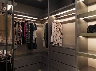 延续木纹和镜面组成,佐以灯光提供照明辅助,也表现出精品橱窗的气氛,137平,12万,现代,三居,卧室,黑白,