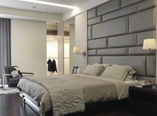 主卧房内绷布几何拼接出床头立面,镜面对称稳定两侧重心,143平,14万,现代,三居,卧室,黑白,
